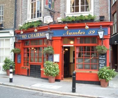 Ein Pub in London mit rotem Eingang