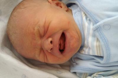 Neugeborenes schreit