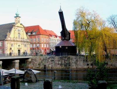Lüneburg: Alter Hafen mit Kran und Kaufhaus