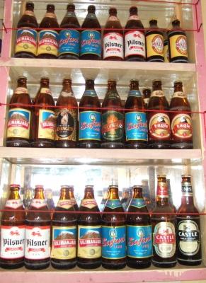 Tansanische Biersorten in einem Straßenladen am Kilimanjaro