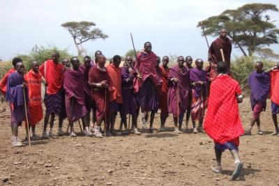 Massai-Männer beim traditionellen Tanz