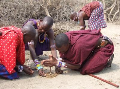 Massai beim Feuermachen