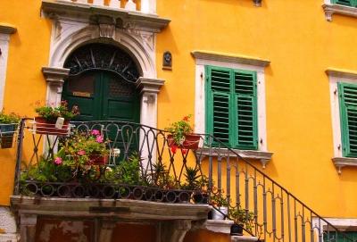 Top Kostenloses Foto: gelbe Fassade mit Treppe und Blumen - pixelio.de XC77
