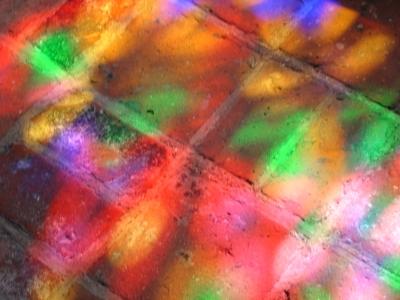 durch Sonneneinstahlung auf Kirchenboden projiziertes Kirchenfenster