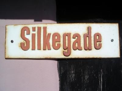 """Dänisches Straßenschild """"Silke"""" auf Bornholm"""