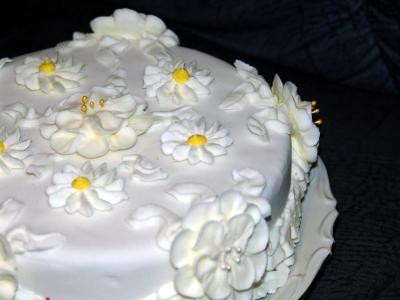 Torte mit Icing-Blüten
