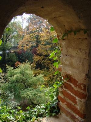 Blick durch Stadtmauer in Nördlingen