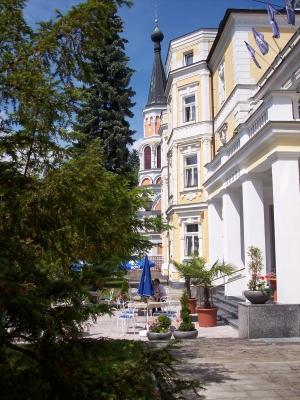 Kurhaus Monti mit Orthodoxen-Kirche der Heiligen Olga