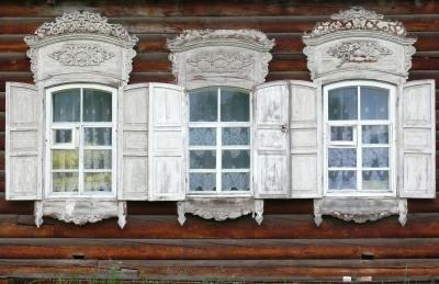 Fenster eines Bauernhauses in Sibirien
