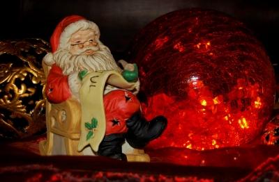 Der Weihnachtsmann liest vor