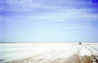 Autofahrt durch die Salzwüste in Tunesien
