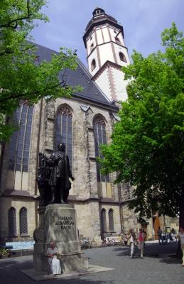Thomaskirche mit J.S. Bach Denkmal in Leipzig