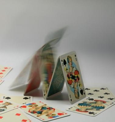 Kartenhaus kippt nach links