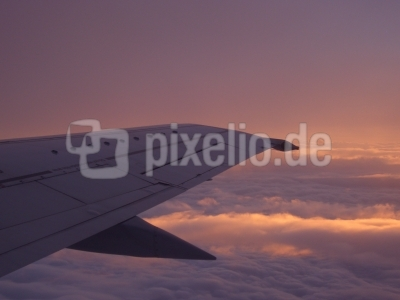 Blick aus dem Flugzeug bei Sonnenaufgang