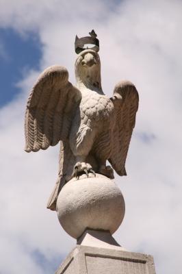 Ein Adler aus Kalkstein