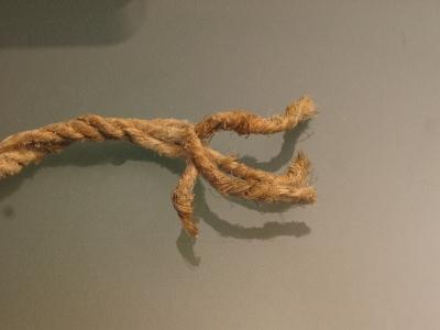 Seil mit ausgefransten Enden 05