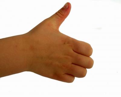 Kinderhand Handrücken Finger rein Daumen raus rechts
