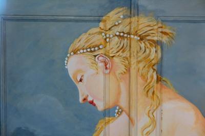 Die Frau auf dem Schrank