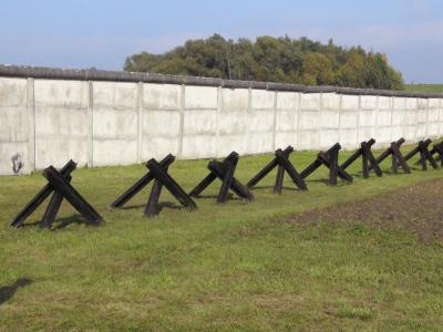 Mauer und Panzersperren