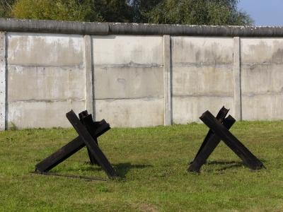 2 Panzersperren an der Mauer