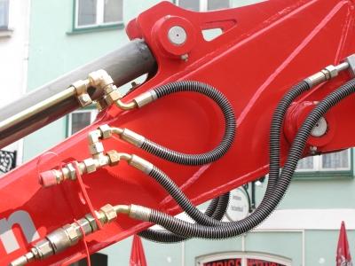 Rote Hydraulik mit Schläuchen
