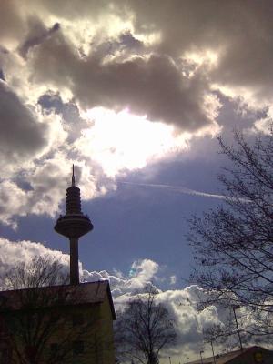 Fernmeldeturm Frankfurt/Main mit Wolken & Sonne