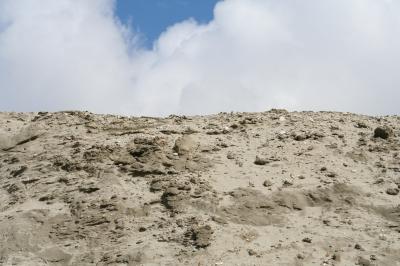 Sandhügel unter blauem Himmel