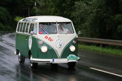 VW Bully im Regen