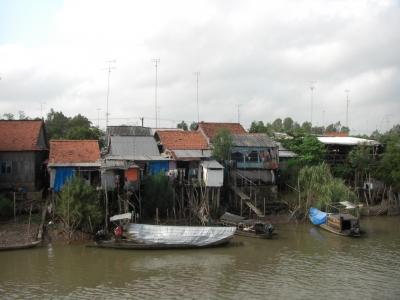 Dorf an Kanal