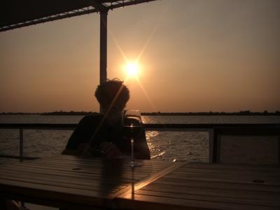 Meine Frau, ein Glas Rotwein und der Sonnenuntergang