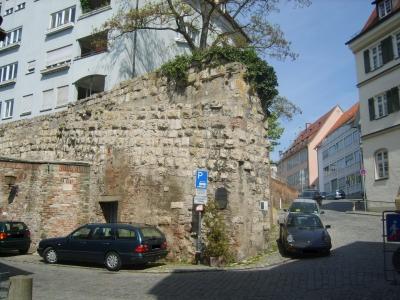 Gewappnet - Relikt aus alten Zeiten: Stadt-Mauer