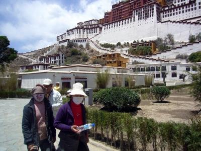 Vor dem  Potala Palast in Lhasa