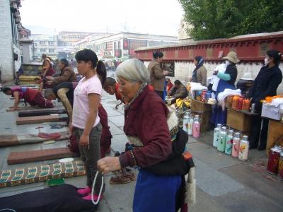 In der Altstadt von Lhasa. Auf einem Betplatz vor dem Jokhang-Tempel in Lhasa
