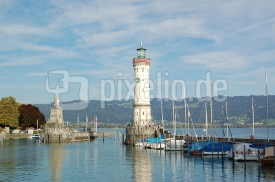 Die Hafeneinfahrt von Lindau mit Löwen und Leuchtturm