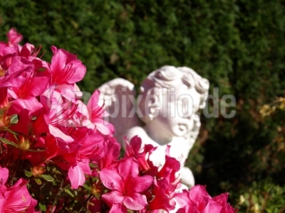 Engelsfigur mit Blumen