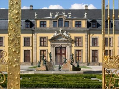 Hannover: Blick durch das Goldene Tor auf Galerie und Neptunbrunnen