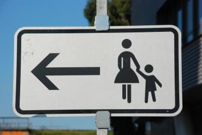 Frauen und Kinder links