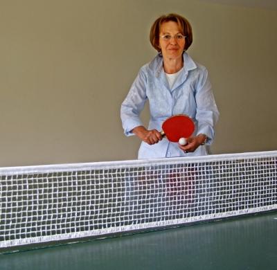 Tischtennis Seniorin Aufschlag