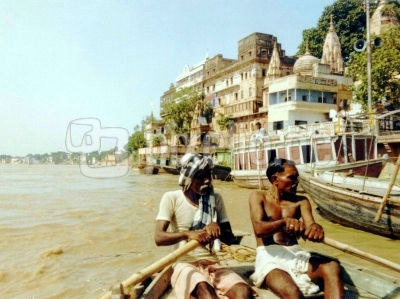 Am Gangesufer  der heiligen Stadt Varanasi ( Benares ) in Indien