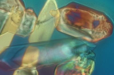 Kristalle von blau bis rot