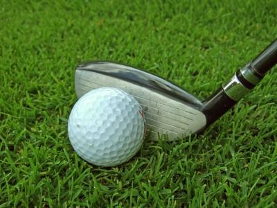 Golfball mit Hybridschläger 4
