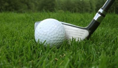 Morgen-Golf mit Tau im Gras