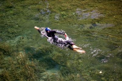 Schwimmer in Neoprenanzug