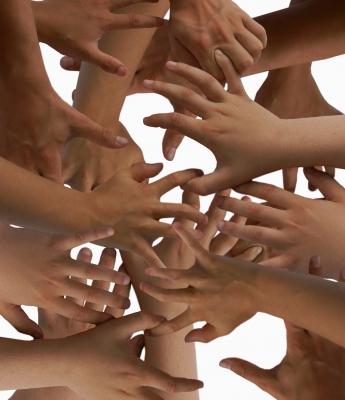 ganz viele Hände greifen ins Leere