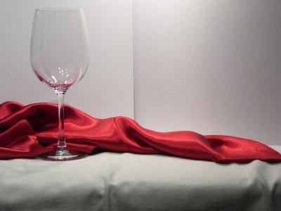Glas mit rotem Tuch
