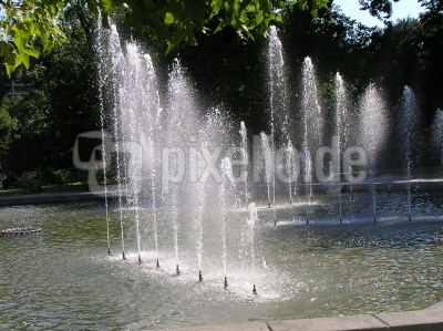 von Sonne beleuchtete Wasserfontänen