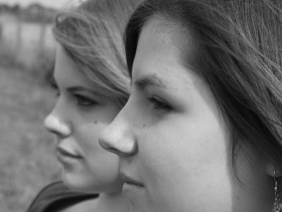 2 junge Frauen - Nachdenkliche Körpersprache