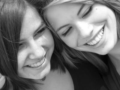 Zwei junge Frauen lächelnd