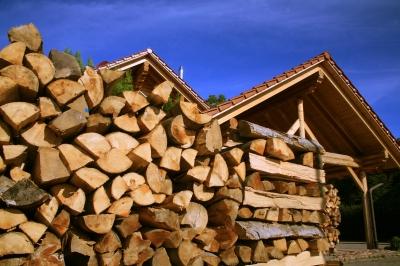 Brennholzvorrat mit Haus