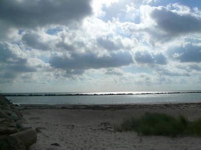 Weidefeld Strand unter Sonne und Wolken